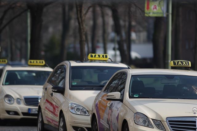 Кабмин разрешил такси двигаться по полосам для общественного транспорта.